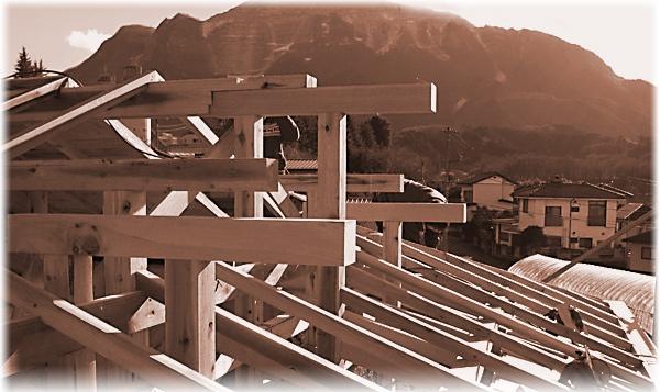 日本二百名山のひとつ武甲山と大野工務所 入母屋施工風景